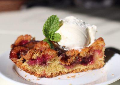 Американский тёплый пирог со сливой